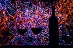 Szkła i wino butelka na czarnych śladach i tle Fotografia Royalty Free