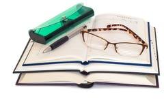 Szkła, książki i notatniki na białym tle, Obrazy Royalty Free