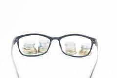 Szkła na bielu odizolowywają tło, pieniądze i menniczego zegarek p, Obrazy Stock