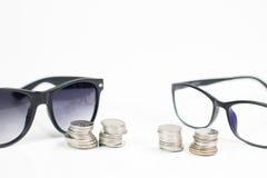 Szkła na bielu odizolowywają tło, pieniądze i menniczego zegarek p, Obraz Royalty Free