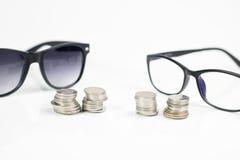 Szkła na bielu odizolowywają tło, pieniądze i menniczego zegarek p, Fotografia Stock