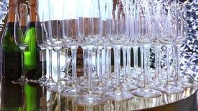 Szkła na bufeta stole w lobby hotel restauracja lub, Piękni szampańscy szkła defocused na bufecie zbiory