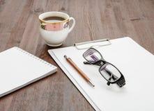 Szkła, pióro i kawowy brązu stół, Zdjęcia Stock