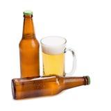 szkła piwna i piwna butelka odizolowywająca na białym tle Obrazy Stock