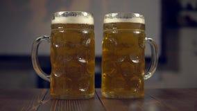 Szkła piwo na tle futbolowy dopasowanie zbiory wideo