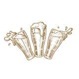 Szkła piwo z pluśnięciami rocznika rytownictwa illustratio wektorowa ręka rysująca royalty ilustracja