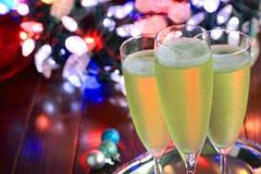 Szkła szampan przed kolorowymi bokeh światłami Zdjęcia Royalty Free
