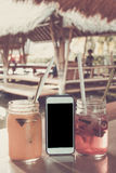 Szkła truskawkowi, mangowi soki z sodą na i kawiarnia tropikalna zdjęcia royalty free