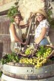 Szkła wino i dwa kobieta w tle obraz stock
