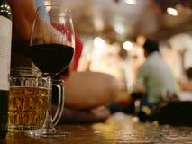 Szkła wino i piwo na siedzącej podłoga w w połowie turyści przychodzi cieszyć się tradycyjnego Północnego Tajlandzkiego występ i  obrazy stock