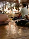 Szkła wino na siedzącej podłoga w w połowie turyści przychodzi cieszyć się tradycyjnego Północnego Tajlandzkiego występ i łomotać zdjęcie stock