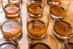 Szkła wypełniają z whisky na stole Zdjęcia Stock