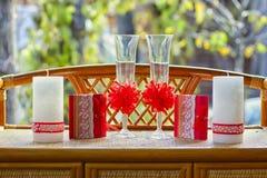 Szkła z świeczkami na stole obrazy royalty free