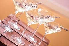 Szkła z biały szampan dekorowali z lawendą zdjęcia royalty free