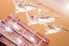 Szkła z biały szampan dekorowali z lawendą fotografia royalty free
