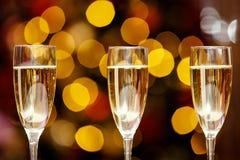 Szkła z chłodno wyśmienicie szampanem lub białym winem Obrazy Royalty Free
