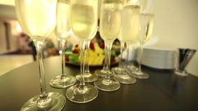 Szkła z szampanem na świątecznym nowego roku ` s stole zbiory wideo