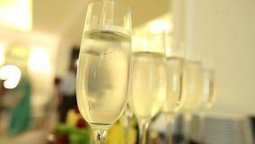 Szkła z szampanem na świątecznym nowego roku ` s stole zbiory