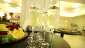 Szkła z szampanem na świątecznym nowego roku ` s stole zdjęcie wideo