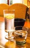Szkła z zimnymi napojami na stole zdjęcie royalty free