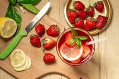 Szkło świeżości lemoniada z truskawkami i mennicą Fotografia Stock