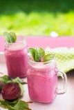 Szkło świeży beetroot sok z zakładami i liśćmi Beetroot smoothie w słoju Różowy Detox zdjęcia stock
