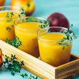 Szkło świeży zdrowy brzoskwini smoothie, sok lub obrazy stock