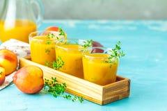Szkło świeży zdrowy brzoskwini smoothie, sok lub zdjęcia stock