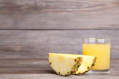 Szkło ananasowy sok na popielatym tle zdjęcie royalty free
