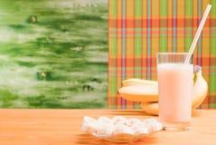 Szkło bananowy sok na żółci stołowi następni dojrzali banany i pl Obraz Stock