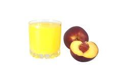 Szkło brzoskwini brzoskwinie na białym tle i sok Zdjęcia Stock