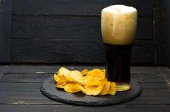 Szkło ciemny piwo i układy scaleni Piwo piana Obrazy Royalty Free