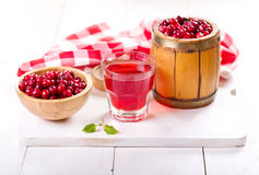 Szkło cranberry sok z świeżymi jagodami Zdjęcia Royalty Free