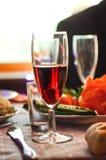 Szkło czerwone wino jest na stole fotografia stock