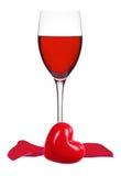Szkło czerwone wino, różani płatki i serce odizolowywający na bielu, Fotografia Royalty Free