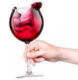 Szkło czerwone wino z pluśnięciami w ręce odizolowywającej Obraz Stock