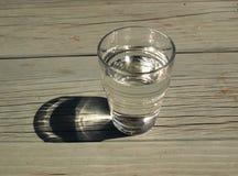Szkło czysta woda na drewnianym stole Zdjęcia Stock