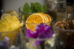 Szkło dekorować suszyć owoc na zakazują kontuar Zbliżenie pomarańcze Karmowa fotografia obraz stock