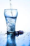 Szkło dolewanie woda z lodem obrazy royalty free