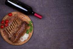Szkło i butelka czerwone wino z jagnięcymi kotlecikami Wino i mięso Wina i jedzenia poczęcie obraz royalty free