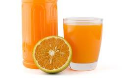 Szkło i butelka sok pomarańczowy Zdjęcia Royalty Free