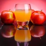 Szkło jabłczany sok z jabłkami Fotografia Stock