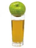 Szkło jabłczany sok z zielonym jabłkiem na wierzchołku Obrazy Stock