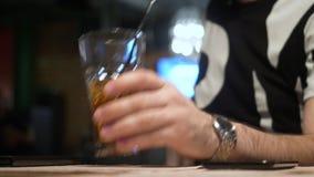 Szkło koktajl na stołowym przedpolu zdjęcie wideo