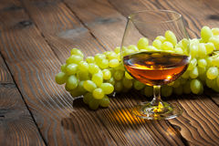 Szkło koniak i wiązka winogrona Zdjęcia Royalty Free