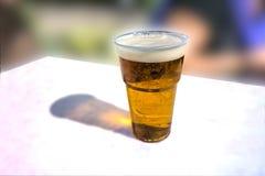 Szkło lekki piwo na białym stole Zdjęcie Stock