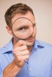 szkło mężczyzna przyglądający target1865_0_ obrazy stock