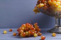 Szkło młody wino z winogronami obrazy royalty free