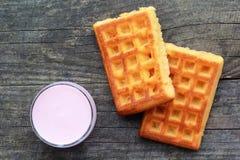 Szkło malinowy jogurt i dwa świeżo piec gofra, odgórny widok Fotografia Royalty Free