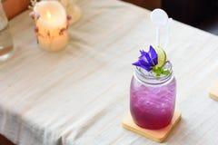 Szkło mieszany sok z cytryną i grochem kwitnie Zdjęcie Stock